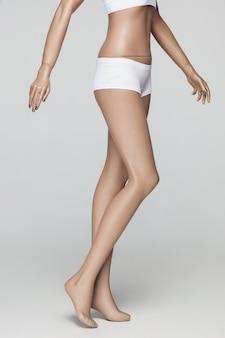 Женский манекен на сером ателье