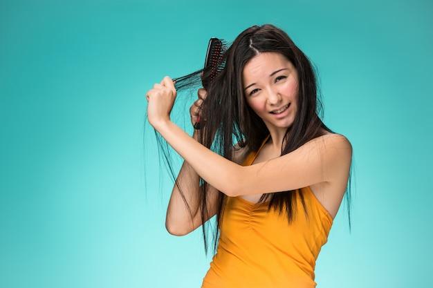 悪い髪の欲求不満な若い女
