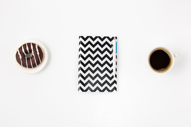 ノートブックと白いオフィス女性ワークスペースの平面図