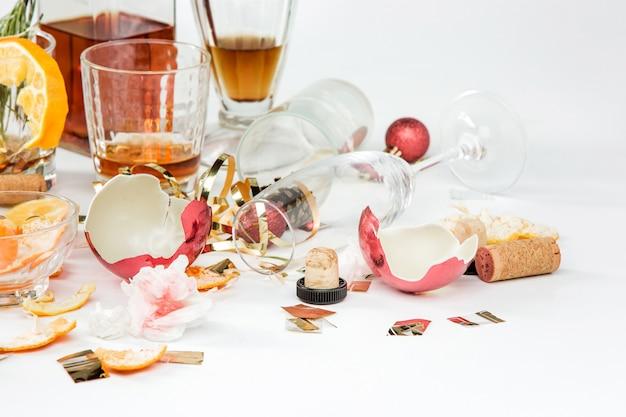 クリスマスの翌朝、アルコールと残り物を含むテーブル