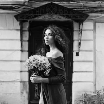 若い女性のファッションスタイルの無色の写真