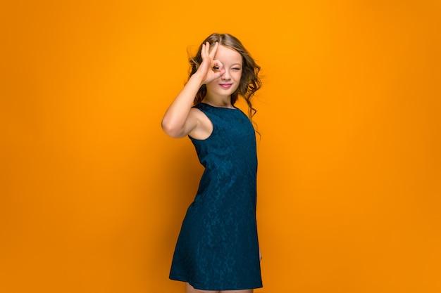 幸せな十代の少女