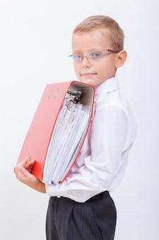 フォルダーを持つ少年