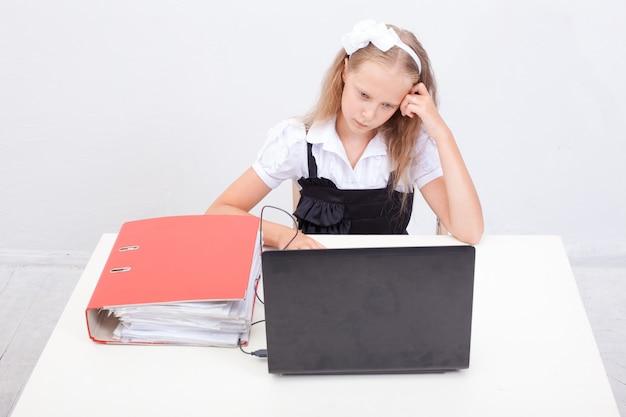 彼のラップトップコンピューターを使用して女の子
