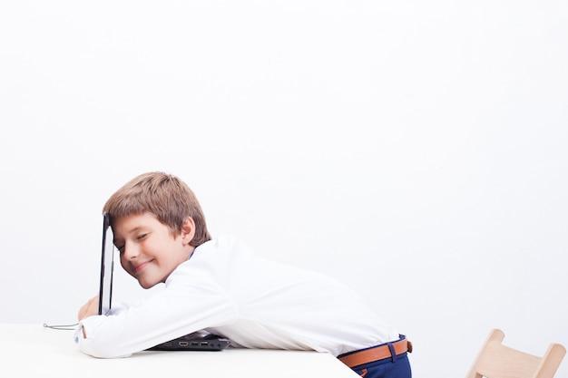 彼のラップトップコンピューターを使用して少年