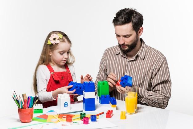 父と娘が一緒に教育ゲームをプレイ