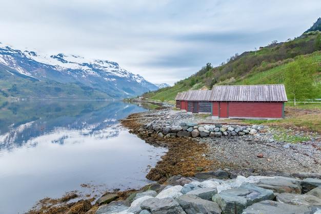 Живописные пейзажи норвежских фьордов.