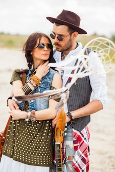 Мужчина и женщина как богемные хипстеры на фоне голубого неба