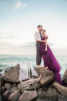 Молодая пара романтический отдых на пляже, наблюдая закат