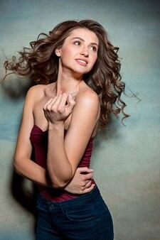 Красивая девушка с длинными волосами, улыбаясь и наслаждаясь жизнью