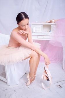 Профессиональная балерина отдыхает после спектакля.