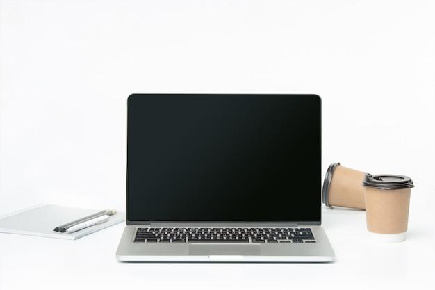 ノートと一杯のコーヒーの正面図。インスピレーションとモックアップのコンセプト