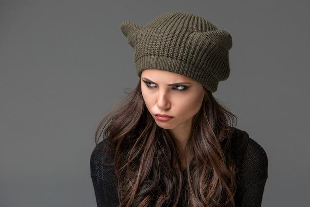 耳に面白い帽子の美しいセクシーな若い女性
