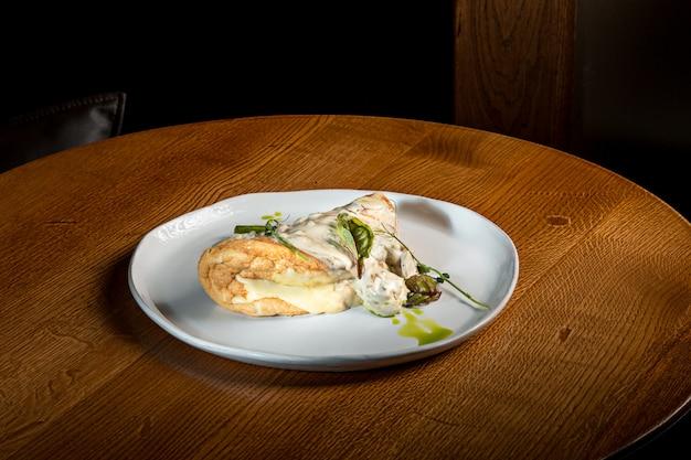 セットテーブルの上の典型的なトルティーヤデパタタス、スペインのオムレツとプレートのクローズアップ