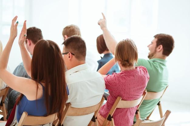 会議ホールでのビジネス会議の人々。