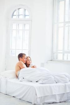 ベッドの中で美しいカップル