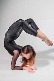 灰色で踊る女性