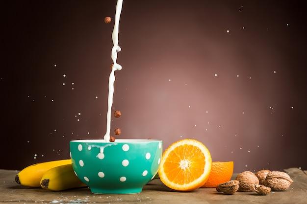 ミューズリー、リンゴ、新鮮な果物、クルミの健康的な自家製朝食