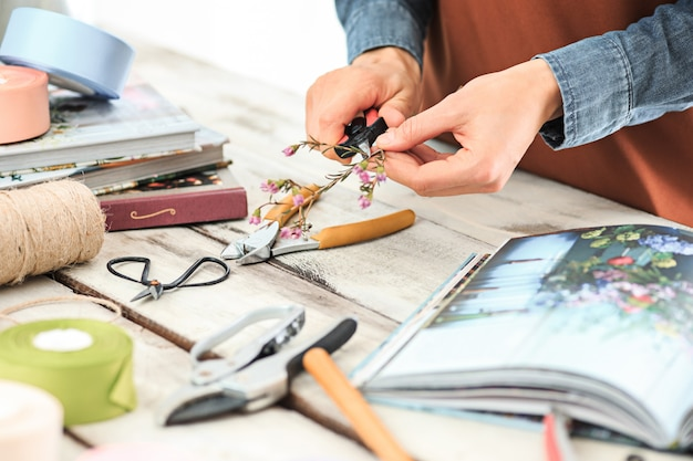 Женские руки делают букет из разных цветов