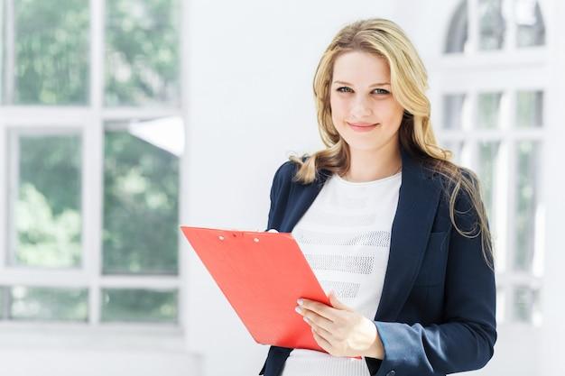 Работница против офиса
