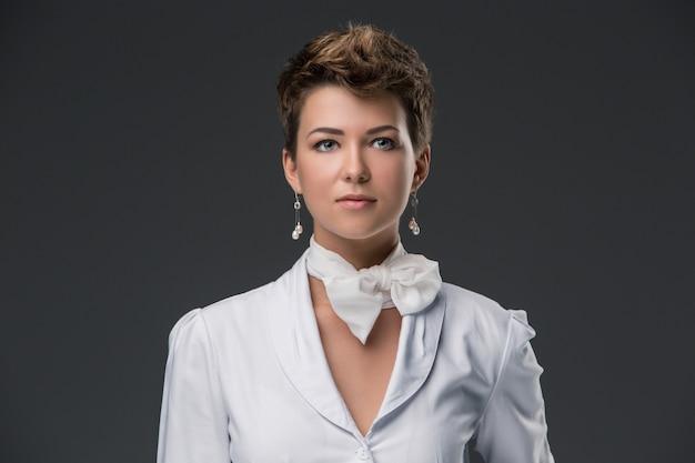 白いコートでエレガントな若い医者の肖像画