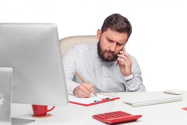 Портрет бизнесмена, говорить на мобильный телефон в офисе