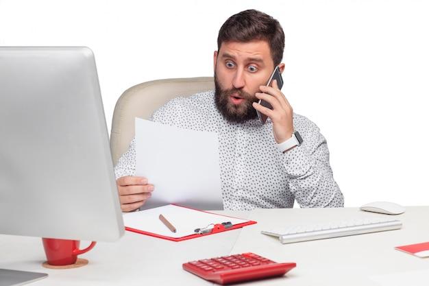 オフィスで携帯電話で話している実業家の肖像画