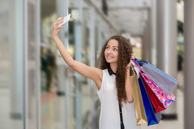 美しい若い女性は買い物に行く