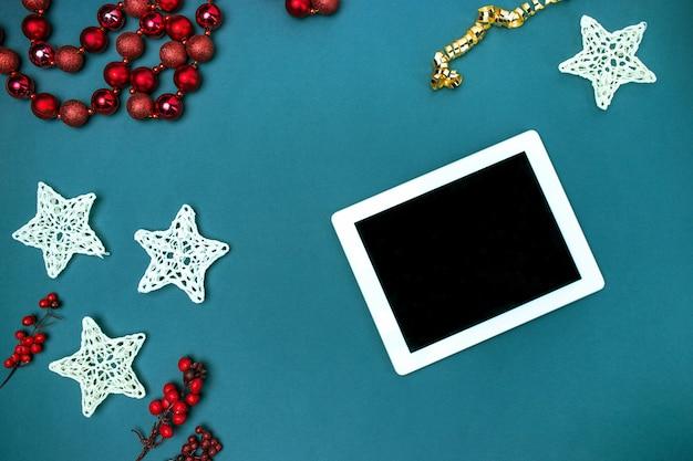 グリーティングカードは、クリスマスの装飾を持つテンプレートを模擬します。