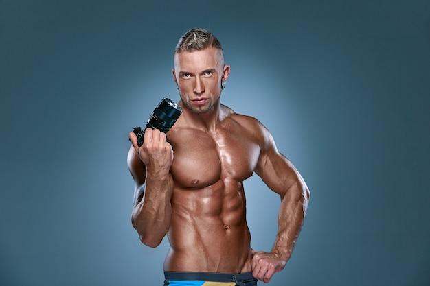 Привлекательный мужчина тело строителя на синем фоне