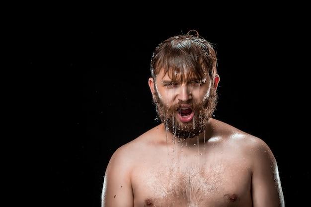 男性の顔に水のしぶき