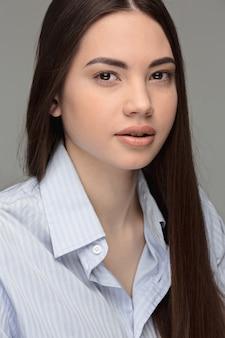 美しい十代の黒髪少女の肖像画