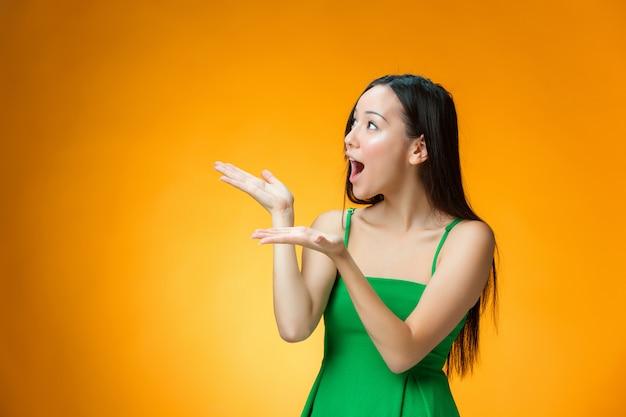 黄色の背景に幸せな中国の女の子