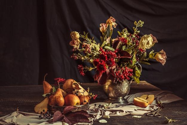 リンゴと秋の花のある静物