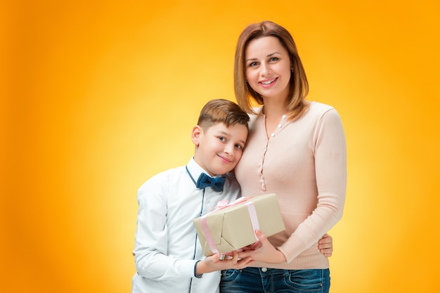 幸せな母と息子