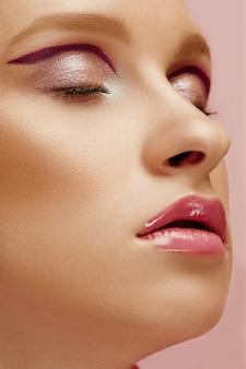 Красота лица молодой модели женщина с яркими глазами и губами