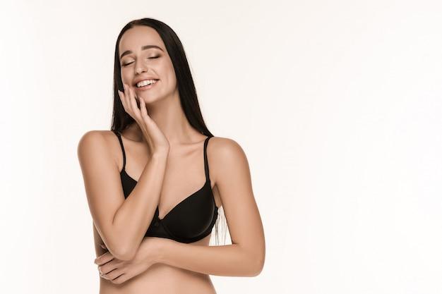 Фигура девушки в купальнике на фоне студии