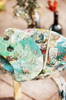 塗料とブラシ
