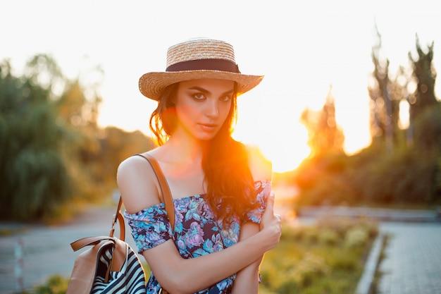 公園で外の彼女の時間を楽しんでいる魅力的な若い女性