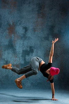 若い女性のブレイクダンス。