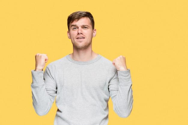 Молодой человек с поднятыми кулаками