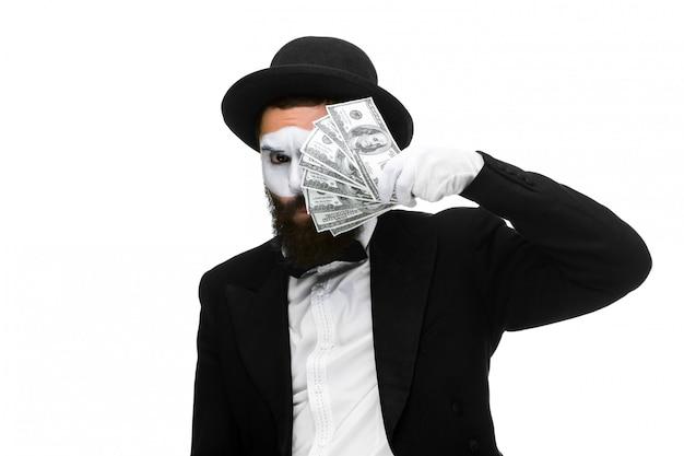 Мим как бизнесмен держит деньги