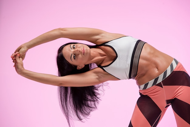 Тренировка женщины в спортивной одежде