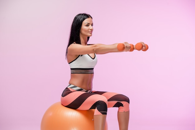 女性のスポーツウェアのトレーニング