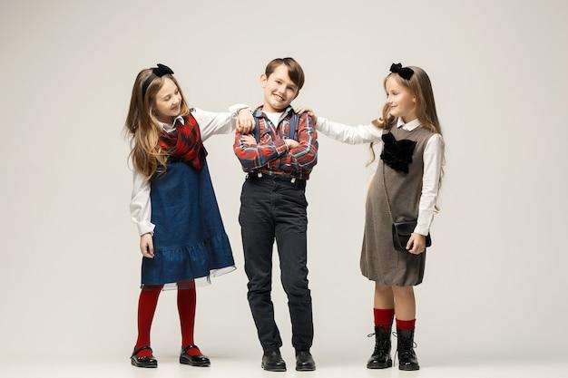Симпатичные стильные дети позируют