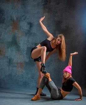 Две привлекательные женщины танцуют тверка