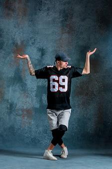 壁の壁に若い男ブレイクダンス。