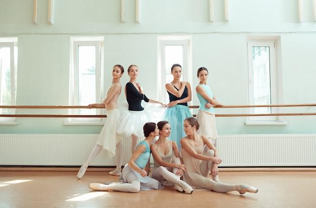 Семь балерин в балетном баре