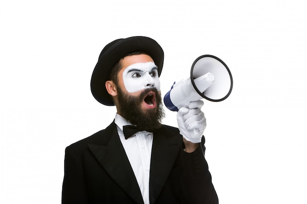 Мужчина держит мегафон издает громкий шум