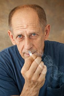 Взволнованный курящий зрелый человек